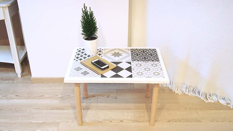 Diy bricolage table basse en carreaux de ciment chocodisco for Peut on coller du carrelage avec du ciment